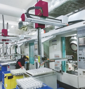 CNC machining center up and down manipulator